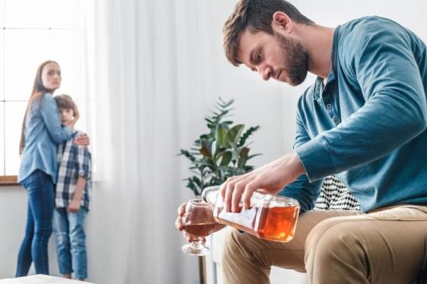 Хочу мужа положить в клинику лечиться от алкоголя. Он против и вообще не видит в этом проблемы. Что делать?
